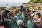ビニール製の廃棄ゴミは、グループのメンバーたちによって包装される。撮影:タット・ソン