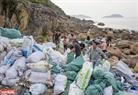 14日間後に、グループのメンバーたちは数千枚の投棄されたビニール袋を集めた。