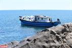 ソンチャー半島の集めたゴミを運ぶ船。撮影:タイン・ホア
