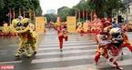 Những màn biểu diễn võ gậy cũng được đan xen cùng các tiết mục múa Lân.