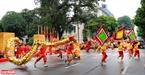 Những lá cờ hội đi đầu mở đường cho điệu múa rồng.