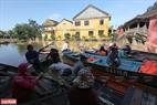 Do quá quen với mùa lũ nên người dân tập trung ghe, thuyền để đưa du khách thăm quan Hội An mùa nước lũ.