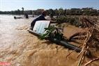 Nước ngập qua cả cây cầu bắc qua sông Hoài.