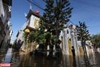 Tuy nước lên cao nhưng thời tiết của phố cổ Hội An lại nắng to với bầu trời xanh ngắt.