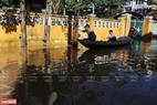 Ghe thuyền là phương tiện trung chuyển người dân ra khỏi khu ngập lụt.