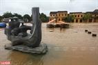 Khu vực tượng đá là một trong những nơi cao ở Hôi An nhưng nước cũng đã ngập tới đây.
