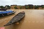 Do ảnh hưởng của cơn bão số 9 đổ bộ trực tiếp vào Quảng Nam cùng với việc mưa lớn kéo dài nên phố cổ Hội An bị nước lũ vây quanh.