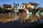 Nhiều hộ dân bị cô lập trong nước lũ.