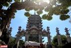 Tượng Phật nằm và tháp xá lợi trong chùa Linh Ứng.