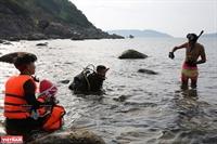 Lặn biển nhặt rác, giải cứu san hô ở biển Đà Nẵng