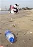 Mỗi ngày có hàng chục tấn rác nhựa do người vô ý thức thải ra bãi biễn Mỹ Khê.
