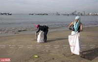 Nhặt rác ở bãi biển Mỹ Khê
