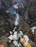 Công việc dọn rác ở đây gặp khó khăn vì phải trèo lên cả các mỏm đá dốc.