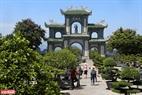 Không chỉ có lối kiến trúc độc đáo, không gian xanh mát và thanh tịnh của chùa cũng là điều níu chân du khách thập phương.