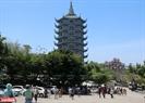 Phía dưới cổng chùa có dịch vụ gửi xe do các phật tử thay phiên nhau trông coi. Tại đây không có mức giá vé cố định nào mà chỉ có một chiếc thùng tùy hỷ nơi bạn có thể cúng dường tùy tâm của mình. Số tiền thu được từ việc này sau đó sẽ được giao lại cho chùa và các phật tử để sử dụng vào các mục đích công như: xây dựng thêm một số công trình, duy trì các hoạt động của chùa trong những ngày rằm, lễ Vu lan, lễ Phật Đản,…