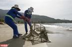 Công nhân vệ sinh môi trường Đà Nẵng dọn rác thải ra biển.
