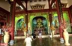 Du khách hành lễ trong Chánh điện chùa Linh Ứng.