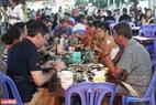 Du khách thỏa sức thưởng thức những món đặc sản Phú Quốc với giá rất phải chăng. Ảnh: Lê Minh