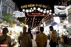 Nằm ngay trung tâm thị trấn Dương Đông của huyện đảo Phú Quốc, Chợ đêm Phú Quốc thường bắt đầu hoạt động vào buổi chiều, tối các ngày trong tuần. Ảnh: Kim Phương