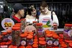 Món đậu phộng tẩm gia vị mang tên Chouchou có thể nói là mặt hàng đặc trưng chỉ có bán duy nhất tại Chợ đêm Phú Quốc. Ảnh: Kim Phương