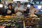 Chủ nhà hàng nhiệt tình tư vấn về các loại hải sản là đặc sản sản nổi tiếng ở địa phương cho du khách. Ảnh: Kim Phương