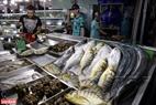 Mặt hàng hải sản tươi ngon, đa dạng và giá cả rất phải chăng được bày bán rất nhiều ở chợ. Ảnh: Kim Phương