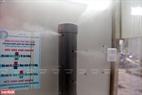 Phần chính của hệ thống là một máy phun dung dịch sương mù 360 độ, tự khởi động khi có người đi qua nhờ cảm biến hồng ngoại.