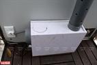 Một máy tạo sương được đặt bên dưới để biến dung dịch nước muối ion hóa thành dạng sương phun toàn thân nhằm sát khuẩn nhanh bề mặt cơ thể.