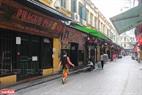 Những ngôi nhà cổ trên phố Tạ Hiện đóng cửa ngưng bán hàng. Ảnh: Khánh Long