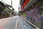 Dãy cửa hàng tại phố Đinh Liệt đóng cửa im lìm. Ảnh: Công Đạt