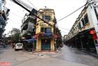Phố Tạ Hiện, quận Hoàn Kiếm (một khu phố Tây nổi tiếng của Hà Nội) gần như hoàn toàn vắng lặng trong những ngày này. Ảnh: Khánh Long
