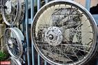 """Những hình ảnh về Hà Nội xưa được in trên những chiếc vành xe máy trong tác phẩm """"Vòng xoay""""."""