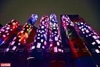 """Thành phố ven sông"""" của nghệ sĩ Nguyễn Ngọc Lâm đặc biệt nổi bật vào buổi tối khi các ô cửa biến đổi màu sắc liên tục tạo nên ảo ảnh về đời sống hiện đại."""