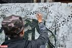 Những nghệ sĩ miệt mài tô điểm thêm cho tác phẩm nghệ thuật của mình.
