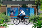 Băng rôn tuyên truyền, hướng dẫn phòng chống dịch COVID-19 được treo khắp các con đường tại khu đô thị Ecopark. Ảnh: Việt Cường