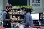 Các siêu thị tại đây vẫn mở cửa phục vụ nhu cầu thiết yếu của người dân. Ảnh: Việt Cường