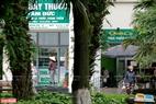 Quầy thuốc, cửa hàng thiết yếu vẫn được mở cửa để phục vụ sinh hoạt cho cư dân. Ảnh: Việt Cường