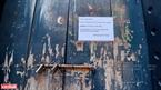 一家餐厅门上贴着暂停营业告示。本报记者 清和 摄