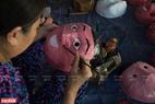 Từ những chiếc mặt nạ đơn điệu vô tri, chúng được người dân nơi đây thổi hồn trở thành món đồ chơi được con trẻ yêu thích.
