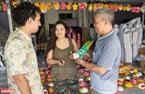 Giờ đây, mặt nạ giấy bồi làng Hảo đã được nhiều du khách nước ngoài tới tham quan và trải nghiệm công đoạn làm ra nó.