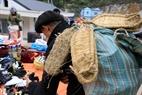 Người đàn ông dân tộc H'Mông mang theo đệm lưng  độc đáo được làm từ lông ngựa và vỏ cây ở chợ Sà Phìn.