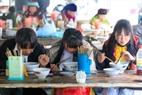 Những chàng trai, cô gái người H'Mông tại góc những quán ăn ở Sà Phìn.