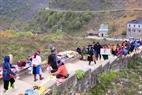 Chợ Sà Phìn trước họp bên cạnh Dinh thự họ Vương, nay họp tại dốc cao cạnh đường quốc lộ.