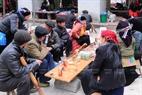 Mọi người đến chợ lùi Sà Phìn không chỉ để mua bán, trao đổi hàng hóa mà còn giao lưu, tụ họp trò chuyện với nhau sau những ngày lên nương, lên rẫy vất vả.