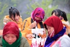 Những thiếu nữ người Mông ở phiên chợ lùi Sà Phìn.