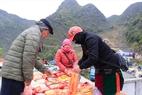 Người dân địa phương mang nông sản xuống chợ bán, trao đổi.