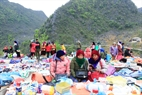 Những thước vải thổ cẩm nhiều màu sắc là thứ mà các du khách ưa thích khi đến tham quan phiên chợ vùng cao.