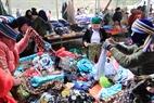 Những cửa hàng bán quần áo nhộn nhịp người mua, bán ở chợ Sà Phìn.