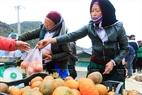 Phiên chợ thu hút đông đảo bà con mua nông sản được bày bán tại chợ.