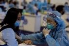 Người dân được kiểm tra sức khỏe rất kỹ trước khi tiêm vắc xin phòng COVID-19.